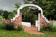 Arco del mattone di costruzione abbandonata Fotografia Stock Libera da Diritti