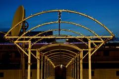 Arco del metal entrelazado con una guirnalda con las luces LED en la noche manera en perspectiva fotografía de archivo libre de regalías