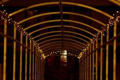 Arco del metal entrelazado con una guirnalda con las luces LED en la noche manera en perspectiva imágenes de archivo libres de regalías