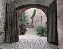 Arco del patio del ladrillo fotografía de archivo libre de regalías
