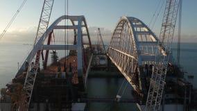 Arco del ponte della Crimea Costruzione del ponte della Crimea Costruzione imponente nello stretto di Kerc video d archivio
