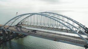 Arco del ponte della Crimea Costruzione del ponte della Crimea Costruzione imponente nello stretto di Kerc archivi video