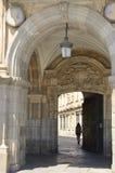 Arco del portone alla plaza principale Immagini Stock Libere da Diritti