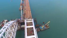 Arco del puente crimeo Construcción del puente crimeo Construcción grandiosa en el estrecho de Kerch almacen de metraje de vídeo