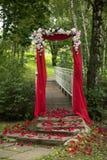 Arco del rojo de la decoración de la boda Foto de archivo libre de regalías