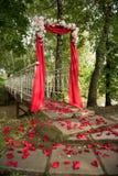 Arco del rojo de la decoración de la boda Fotos de archivo libres de regalías