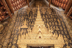 Arco del templo de la puerta, Wat Xieng Thong Imagenes de archivo