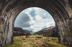 Arco del viaducto de Glenfinnan, montañas, Escocia, Reino Unido fotografía de archivo libre de regalías