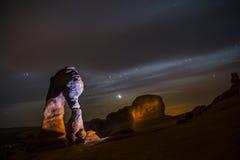 Arco delicado en la noche contra el cielo nocturno hermoso foto de archivo libre de regalías