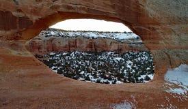 Arco dell'arenaria con un fondo della neve in Moab Utah immagini stock libere da diritti