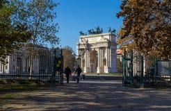 Arco della步幅,和平曲拱看法,从Sempione公园在米兰的市中心,意大利 库存图片
