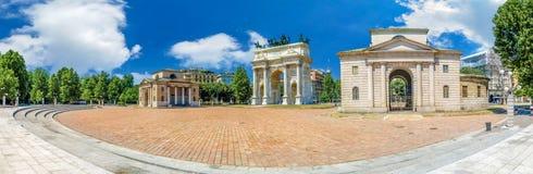 Arco della步幅,波尔塔Sempione,在户外米兰意大利夏天蓝天的五颜六色的晴天巨大的宽全景视图  免版税库存照片
