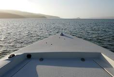 Arco della barca verso la bocca della baia fotografia stock