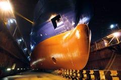 Arco della nave in avanti sul bacino di carenaggio Fotografie Stock