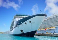 Arco della nave da crociera blu e bianca immagine stock libera da diritti