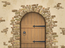 Arco della pietra con la porta di legno chiusa Fotografia Stock Libera da Diritti