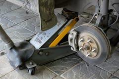 Arco della ruota dell'automobile con la ruota cambiata Ruote di automobile del disco del freno con il calibro al distributore di  fotografie stock libere da diritti