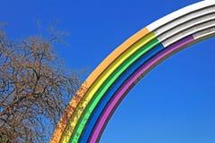 Arco di amicizia della gente, dipinta a colori dell'arcobaleno, in preparazione del concorso Eurovision-2017 di canzone Fotografie Stock Libere da Diritti