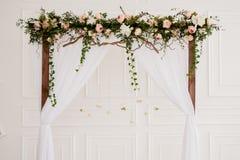Arco di cerimonia nuziale con i fiori Immagini Stock