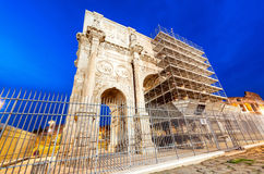 Arco di Constantino - el arco de Costantine cerca de Colosseum - Roma - él Fotografía de archivo libre de regalías