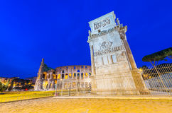 Arco Di Costantino και Colosseo τη νύχτα - τόξο Costantine πλησίον Στοκ εικόνες με δικαίωμα ελεύθερης χρήσης