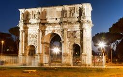 Arco di Costantino i natt fotografering för bildbyråer