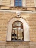Arco di H e bassorilievo della testa del leone fotografie stock