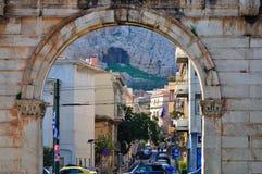Arco di Hadrian con l'acropoli Immagini Stock