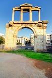 Arco di Hadrian con l'acropoli nella priorità bassa Immagini Stock Libere da Diritti