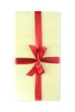 Arco di legno del contenitore di regalo con ribbin rosso Immagini Stock Libere da Diritti