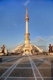 Arco di Monumen di indipendenza nel tramonto. Il Turkmenistan. Immagine Stock