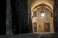 Arco di notte nella vecchia città italiana Immagini Stock