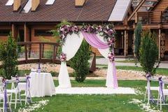 Arco di nozze con piacevolmente la decorazione del fiore immagini stock