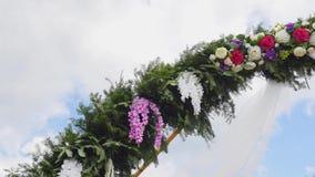 Arco di nozze decorato con i fiori stock footage