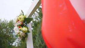 Arco di nozze decorato con i fiori video d archivio