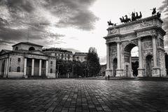 Arco di pace (passo di della di Arco) a Milano, Italia Foto nel nero fotografia stock