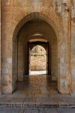 Arco di pietra antico nella vecchia città di Gerusalemme Immagini Stock