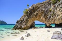 Arco di pietra con la bella spiaggia Fotografia Stock Libera da Diritti