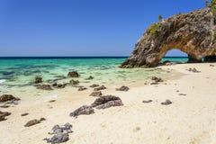 Arco di pietra con la bella spiaggia Fotografia Stock