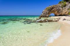 Arco di pietra con la bella spiaggia Fotografie Stock Libere da Diritti