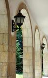 Arco di pietra con le lanterne Fotografie Stock