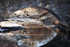 Arco di pietra con un'insenatura con le riflessioni Fotografia Stock Libera da Diritti