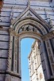 Arco di pietra elaborato, Siena, Italia Fotografia Stock