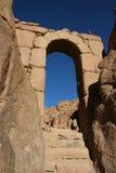 Arco di pietra in montagna Sinai immagini stock libere da diritti