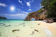 Arco di pietra naturale contro il raggio di sole Fotografia Stock