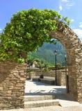 Arco di pietra nel centro storico della La Vella dell'Andorra Fotografia Stock