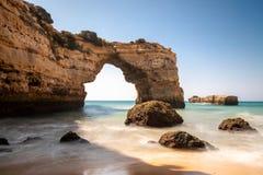 Arco di pietra a Praia de Albandeira fotografia stock