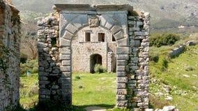 Arco di pietra, rovine della scuola, vecchio Perithia, Corfù fotografie stock libere da diritti