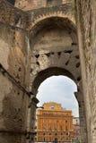 Arco di Roman Coliseum a Roma, Lazio, Italia fotografia stock libera da diritti