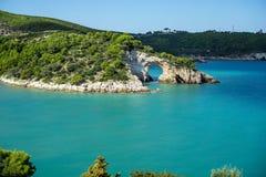 Arco Di SAN Felice, Πούλια, Ιταλία με τα μπλε νερά Στοκ φωτογραφία με δικαίωμα ελεύθερης χρήσης